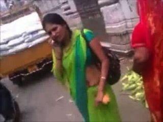 Marwadi Aunty In Green Saree Navel Show In Public