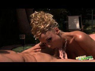 Mamada Al Borde De La Piscina - Blowjob Near The Pool - Full Scene