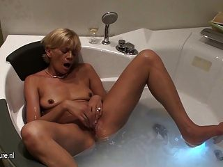 Amateur Mama Loves To Play In The Bathtub