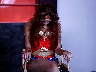 Wonder Woman Gets Seduced By Lesbian Veronica
