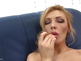 Sexy Amateur Mom With Amazing Body And Hungry Cunt
